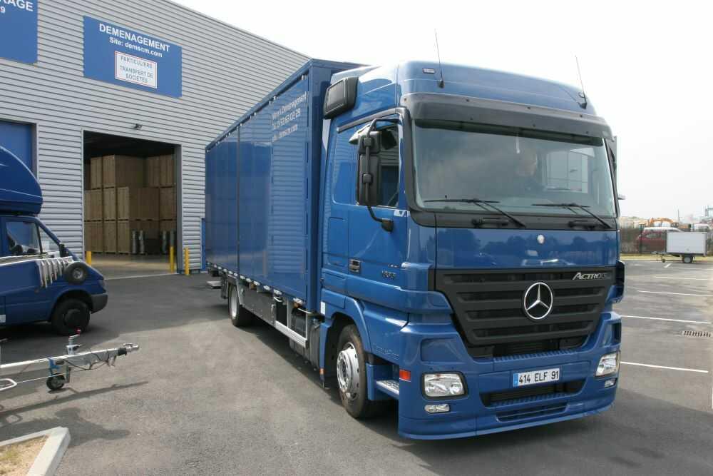 camion de déménagement devant le garde meubles de Crosne
